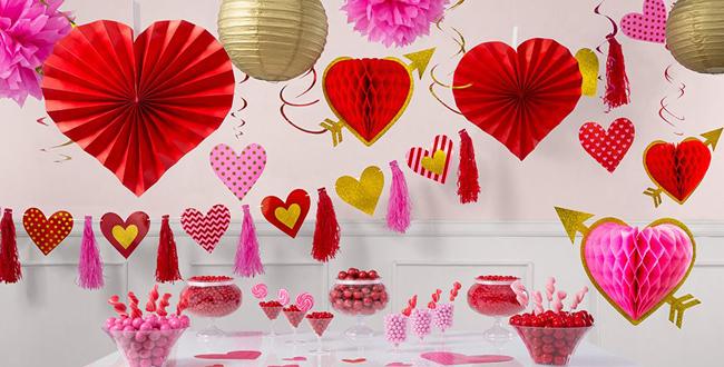 Valentīndienas telpu dekori, papīra bumbas, sirdsformas pomponi, virtenes, griestu un logu dekorācijas, galda servēšanas piederumi un dekorācijas.