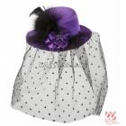 Violēta mini cepure ar punktotu plīvuru, rozi un spalvā